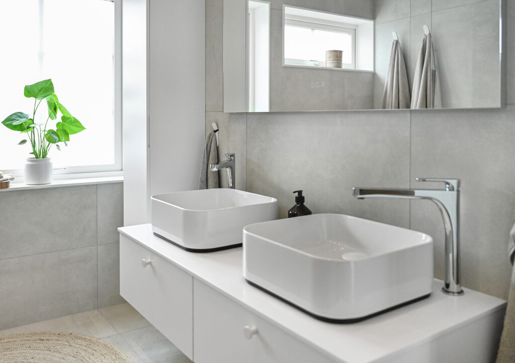Badrummet i en annan vinkel - med två handfat och stor spegel